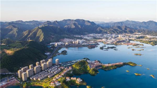 經濟開發區蓬勃發展露新顏<br/>Flourishing Economic Development Zones