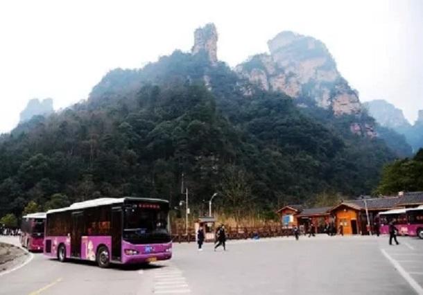环保车运行在武陵源十里画廊景区